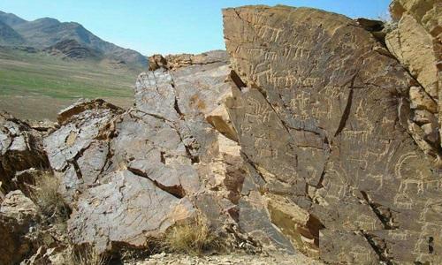 نقوش باستانی صخره ای و یک تپه عصر ساسانی در بخش میمه اصفهان کشف شد